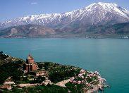 Wrak rosyjskiego okrętuna dnie bezodpływowego, słonego jeziora, leżącego na Wyżynie Armeńskiej.