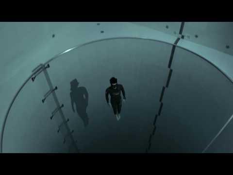 Freedivier Guillaume Néry nurkuje w najgłębszym basenie świata