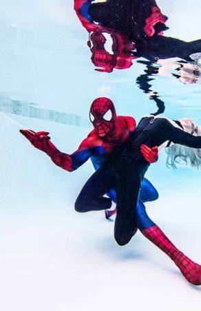 Superbohaterowie z komiksów w podwodnej sesji zdjęciowej
