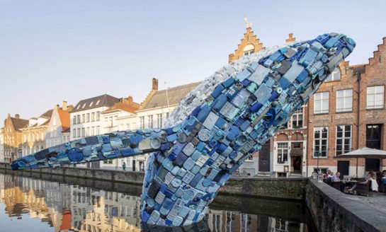 Olbrzymi wieloryb z plastikowych odpadów