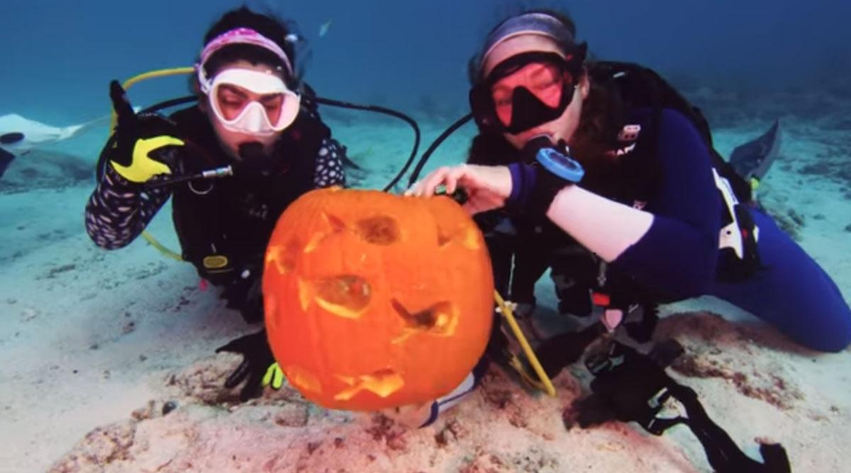 Podwodny konkurs rzeźbienia dyni